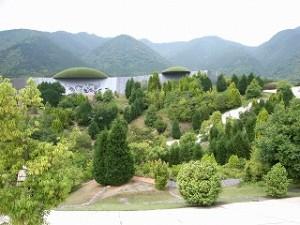 メインの広場。案内係のおじさん曰く、日本列島をあらわしているらしい。
