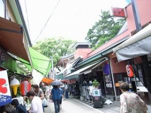 おちょぼさんの門前町には、おもちゃ屋、八百屋、乾物屋などがずらり。